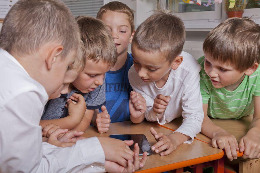I ragazzi guardano video utilizzando tablet e PC più che la televisione